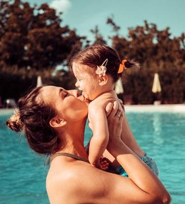 Maman et bébé dans la piscine